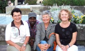 Die Vorstandsmitglieder des Vereins Freunde Kenias und seiner Menschen (v.l.) Anna Roesli (Sekretariat), Philip Ochieng (2. Revisor), Nelly Näf (Präsidium), Hedy Raths (Finanzen). Vreni Scherrer (1. Revisorin) fehlt auf dem Bild.